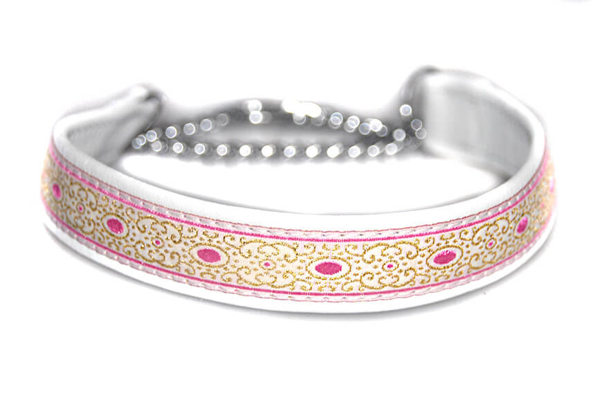 Martingale collar in white
